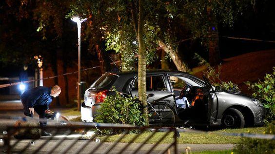 Policiais examinam carro de vítimas de tiroteio em Malmo, na Suécia (25 de setembro de 2016)