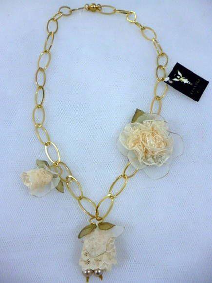 Colar correntes douradas, fechamento em íma. <br>Botões e flor confeccionado nos tecidos musseline lisa, crepe de seda e renda