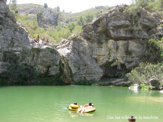 ¿Veis que poca agua cae? ¿Y a los chic@s listos para saltar?