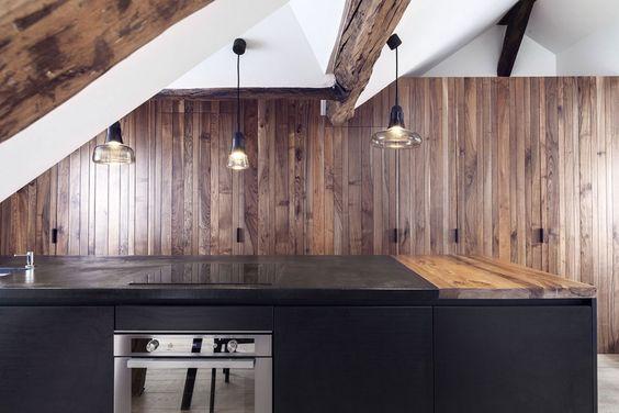 """Mini loft a Parigi - """"In ogni mio progetto provo ad esaltare le caratteristiche dei materiali"""", dichiara la designer Margaux Beja che ha realizzato su disegno gli arredi della cucina. Lo spazio è illuminato da Spin light di Lucie Koldova per Lasvit."""