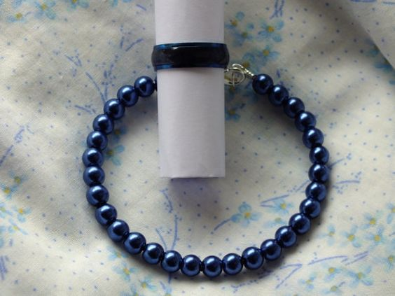 Pulsera de perlas y anillo de acero en color azul por Hermitinas, €14.00