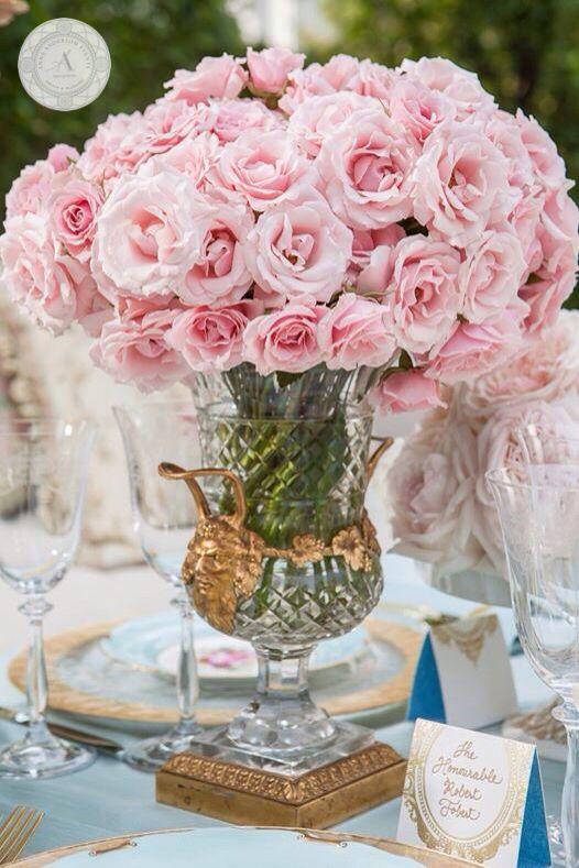 www.anneandersonevents.com Perfect and elegant centerpiece of pink roses for a French inspired wedding reception. #anneandersonevents #wedding #weddingcenterpiece #weddingdetails #weddingplanner #weddingplanning #luxuryweddings #weddingdecor  #miamiweddings #muskokaweddings #torontoweddings  Centro de mesa de rosas rosadas muy elegante, perfecto para una boda inspirada al estilo Francés. #boda #matrimonio #planeaciondebodas #diseñodebodas #decoraciondebodas #inspiracionbodas…