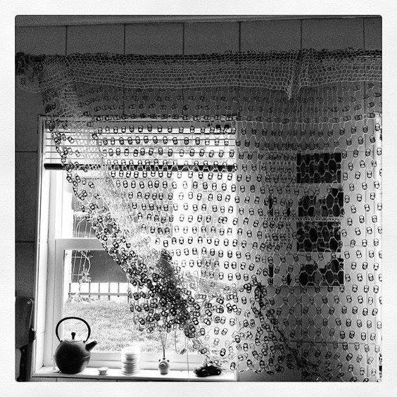 Cortina de lacres. Um detalhe rústico e romântico na sua casa. Publicado por Setor Reciclagem, no Facebook.