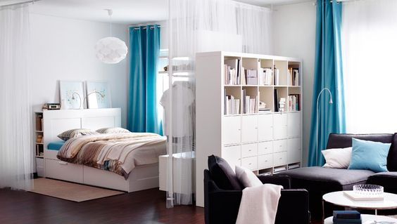 Ein Raum mit Schlaf- und Wohnbereich u. a. mit BRIMNES Bettgestell mit Schubladen + Kopfteil mit Ablage weiß, PALMLILJA Bettwäsche-Set 3-tei...