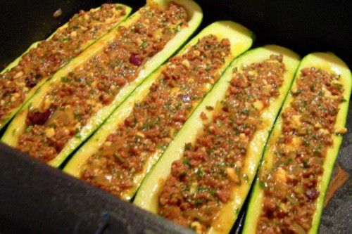 Gefüllte Zucchini mit Hackfleisch - Mittagessen, Abendessen - 2 Eier, Salz und Pfeffer, 1 große Zwiebel, 4 Zucchini, 2 Knoblauchzehen, 250g Hackfleisch (z.B. Lamm), gehackte Petersilie, Paprikapulver, Schmalz zum braten