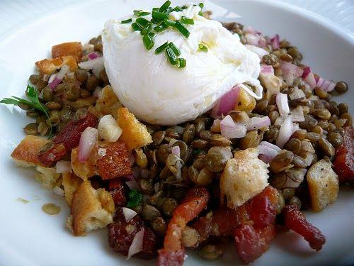 Recette de salade de lentilles du Puy à la lyonnaise (lardons, croûtons, oeuf poché, échalotes et fines herbes)