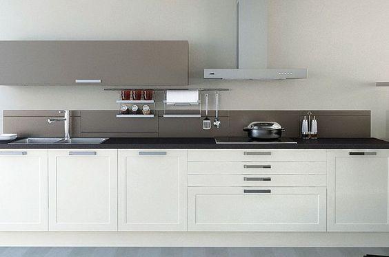 Achterwand Keuken Zonder Bovenkastjes : keuken in rechte opstelling met taupe bovenkast en achterwand