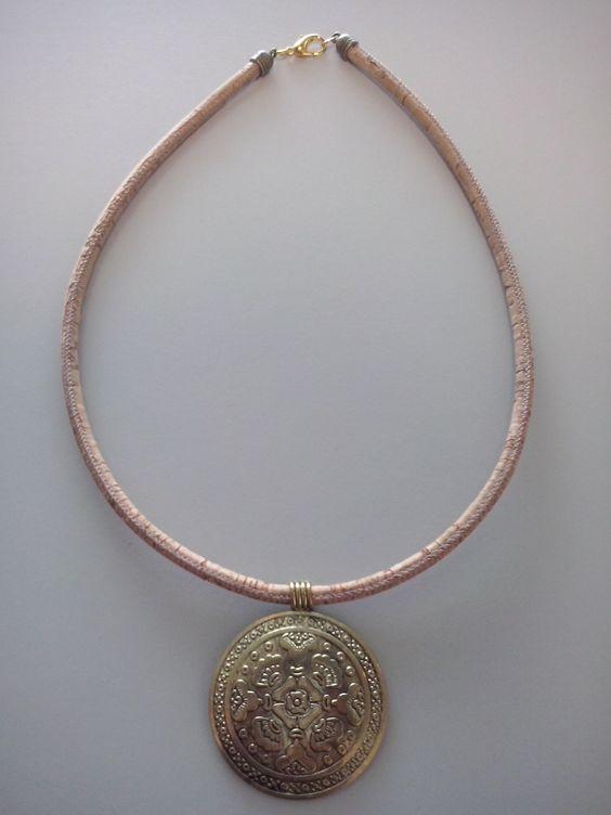 Colar Cortiça C/ Medalha Dorada