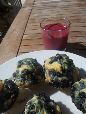 Muffins aux myrtilles et smoothie pêche-fruits rouges
