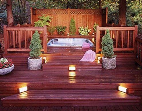 Deck em diferentes níveis, com spa na parte mais alta. Os degraus são sinalizados com iluminação embutida (balizadores).