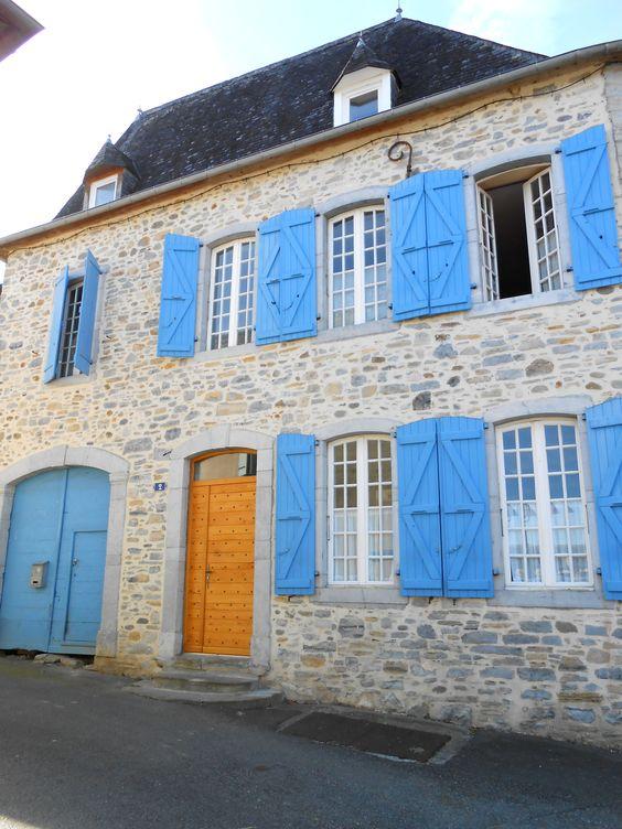 une belle maison aux volets bleus eysus voie d 39 arles gr 653 pinterest belle. Black Bedroom Furniture Sets. Home Design Ideas