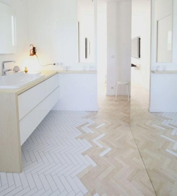 Badezimmer Fischgrat Verlegmuster weiße Farbe