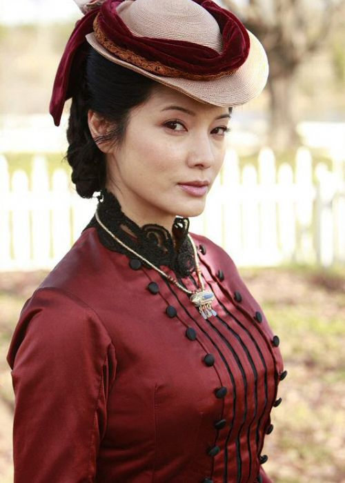Kelly Hu in 'The Vampire Diaries'.