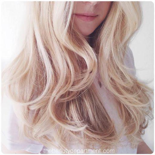 外国人風のふんわり大きな巻き髪といえば、ヘアアイロンで巻くのが一般的。しかし、慣れるまで難しかったり、髪のダメージの原因となることも! そこで、髪を傷めず自然なウェーブが作れる「ホットカーラー」の巻き方をご紹介します。