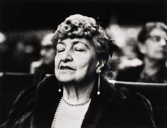 zoopat: Elías Canetti sobre Alma Mahler: Trofeos -  Foto: Alma Mahler en Carnegie Hall, New York, 1960 por Alfred Eisenstaedt