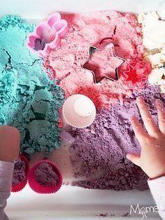 Faire du sable magique maison c'est super facile ! Surtout que vous avez probablement déjà tous les ingrédients à la maison. Suivez notre recette de sable magique également appelé sable lunaire, sable à modeler ou sable cinétique. Nous vous proposons une version colorée et même pailletée qui se conserve plusieurs mois ! #petitbricolagedeco