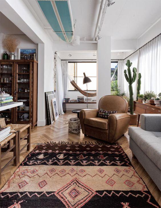 Em meio a heranças familiares, a rede colabora para o clima relax na varanda integrada à sala de estar - o projeto saiu na edição de janeiro de 2016 de CASA CLAUDIA.