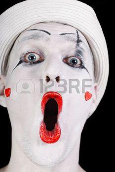 Retrato del mime de griter�o divertido en el sombrero blanco de cerca photo