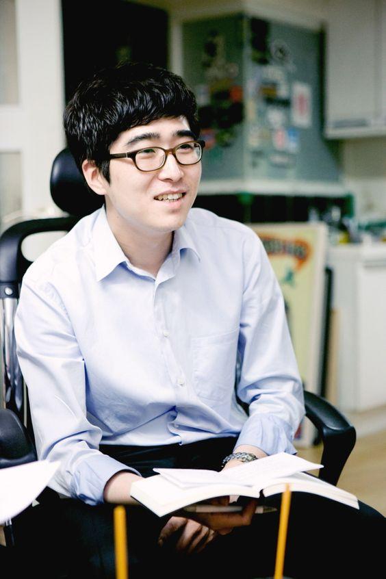 인터뷰 진행중인 김경철 AE