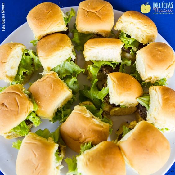 """No cardápio da #DelíciasMaciel você encontra três diferentes sabores de mini hamburguinhos: """"carne e queijo"""" (carne 100% bovina), """"grão de bico"""" e """"frango e queijo"""" (100% peito de frango moído). Todos são preparados artesanalmente com temperos caseiros. Uma verdadeira delícia! ;) #alimentaçãosaudável #festainfantil"""