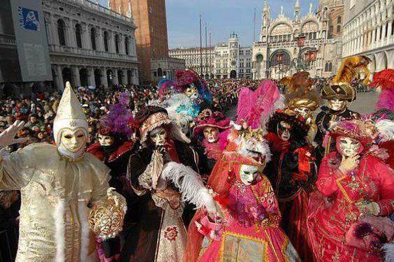 """Os Portugueses trouxeram a folia de Carnaval para o Brasil, no século XVII, com o nome de """"entrudo""""..."""