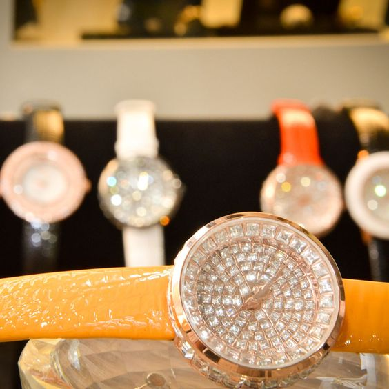 Com os lindos relógios da #CristaisDeGramado, ninguém mais vai perder a hora e se atrasar para os compromissos! Temos vários modelos em nossa loja de fábrica com detalhes em #cristal! Venha conhecer! Pessoalmente são ainda mais lindos!  #CristaisDeGramado #Gramado #Decoração #Cristais #Cristal #Decoration #Decor #Decorating #Crystal