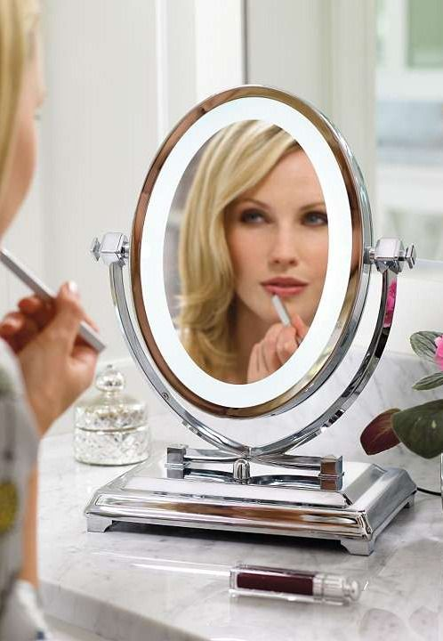 The oval shape and flattering white LED light enables you to apply your makeup with greater ease.