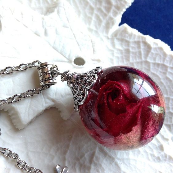 Pendentif bulle de résine, véritable bouton de rose rouge séché , monté en…