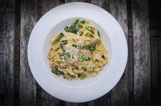 Pikante Pasta mit Sardellen, Blattspinat, grünem Spargel und Chili:  http://maennerkochrunde.de/pasta-mit-sardellen-blattspinat-und-gruenem-spargel