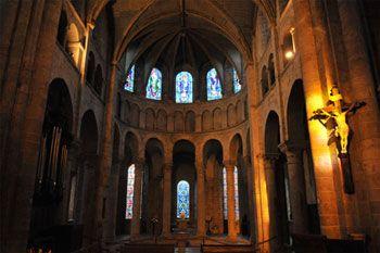 En rejoignant la nef, le visiteur de l'abbatiale Notre-Dame de Beaugency remarquera le décor des chapiteaux et, plus particulièrement, l'absence de transept, typique du Val de Loire.