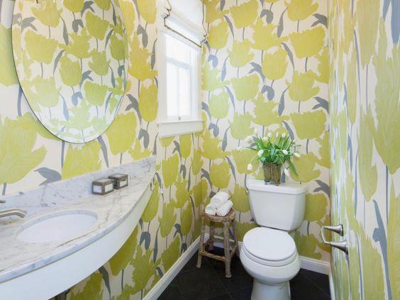 Lavabo com papel de parede. Esse escolhido é um pouco chamativo demais, prefiro um mais discreto. mas a ideia é essa. Rooms Viewer | HGTV