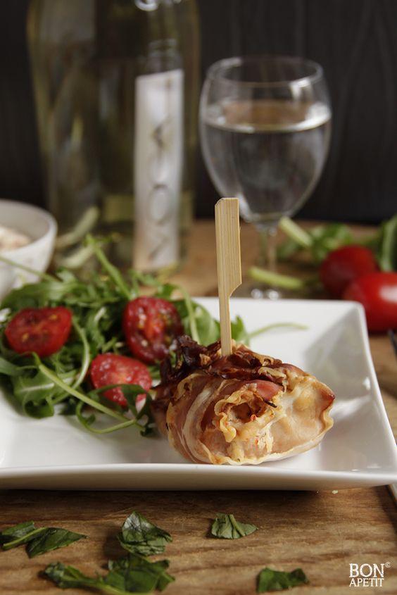 Proef het zonnige Italië met deze heerlijke gevulde kip. Gevuld met ricotta, basilicum en oregano en gerold in zalige Serranoham. Lees verder op BonApetit!