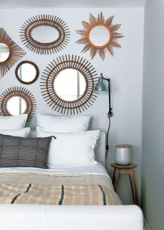 Collection de miroirs en rotin sur le mur de la chambre // Collection of rattan mirrors in the bedroom