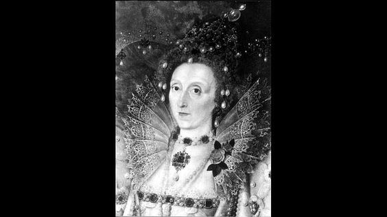 """Elisabeth I..Elisabeths Vater, Heinrich der Achte, wünschte sich nichts sehnlicher als einen Sohn. Doch trotz zahlreicher Ehen bleibt am Ende nur seine Tochter Elisabeth als mögliche Thronfolgerin übrig. Die selbstbewusste und gebildete junge Frau schwankt zwischen den Extremen: Einerseits inszeniert sich als schillernde Dame, andererseits nennt sich selbst """"Prince"""" und zieht mit in den Krieg. Fast 45 Jahre lang regiert Elisabeth I. schließlich als Königin von England. Bis zu ihrem Tod…"""