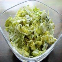 Salade van Chinese kool  300 g Chinese kool, (1 grote kool)       1 klein(e) Ui, ajuin     1 teentje(s) Knoflook, (uitgeperst)       100 g Yoghurt, mager     1 hoeveelheid (naar smaak) Kruiden, (1 zakje gemengde kruiden)     1 hoeveelheid (naar smaak) Zout     4 eetlepel(s) Azijn     2 eetlepel(s) Olijfolie     2 eetlepel(s) Kristalsuiker