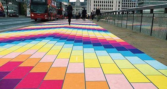 Le trottoir du London Bridges transformé en arc-en-ciel pour donner le sourire aux passants