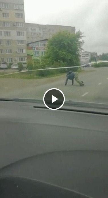 Homem Tartaruga filmado na rodovia