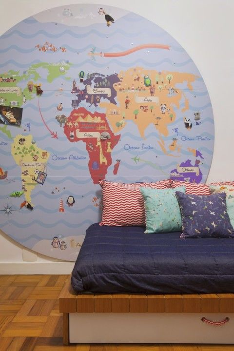 Planejar um quarto de menino de 4 anos nem sempre é facil. Aqui, NINA MORAES, com a arquiteta HANA LERNER, apostou em mapa na parede e bancada de lego.