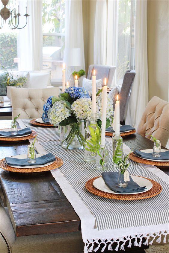Decoração para mesa do Dia dos Pais, mesa de madeira, guardanapo cinza, prato branco, velas, flores.  #decor #decoracao #casadevalentina #casa #house #decorhouse #mesa #diadospais #dad #tableware