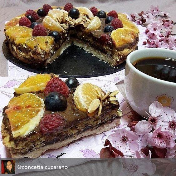 En güzel mutfak paylaşımları için kanalımıza abone olunuz. http://www.kadinika.com Repost from @concetta.cucarano using @RepostRegramApp - DOPPIA GOLOSITA ...  RICETTA SBRICIOLATA DOPPIO GUSTO 300 Gr di farina per dolci 150 Gr di zucchero 120 Gr di burro 50 Gr di mandorle tritate 2 uova 1 bustina di vanillina  1/2 bustina di lievito per dolci PER IL RIPIENO  250gr di ricotta 3 cucchiai di Nutella PER LA COPERTURA  1 bicchiere di Nutella  1arancia  lamponi e mirtilli  Mandorle sfilettate…
