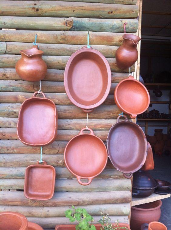 Adoro cocinar y o servir comida en objetos de  greda , un pocillo sencillo , tan noble , hace una gran diferencia , en Pomaire aun es posible encontrar artesanos que ponen el Alma en lo que hacen .