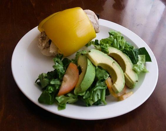 pechugas de pollo rellenas de queso panela y espinaca envueltas en chile morrón acompañadas de ensalada