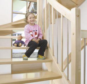 """Eingestemmte Treppe Bei der häufigsten Form der Wangentreppen werden die Treppenstufen in die Treppenwange eingestemmt und verschraubt. Unter dem Begriff """"eingestemmt"""" meint man die Nuten, die seitlich in der tragenden Wange eingefräst sind. In der Fachsprache auch als """"gestemmte Treppe"""" oder """"gestemmte Wangentreppe"""" erklärt.  http://gueta-treppen.de/eingestemmte-treppe.html"""