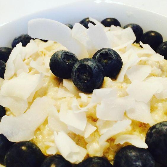 Guten Morgen an alle Schlafmützen  Heute gab es bei mir endlich mal wieder porridge das habe ich eine Ewigkeit nicht gegessen und hatte schon ganz vergessen wie schnell vielseitig und lecker es ist  Bei mir gab es das ganze heute mit frischen Blaubeeren und Kokoschips  Was ist eure lieblingskombi? #porridge #oatmeal #oats #protein #lowcarb #fit #fitfam #fitspo #fitness #fitnessfood #fitspiration #foodblog #foodlove #foodporn #foodfacts #foodstagram #bodybuilder #beastmode #lchf…