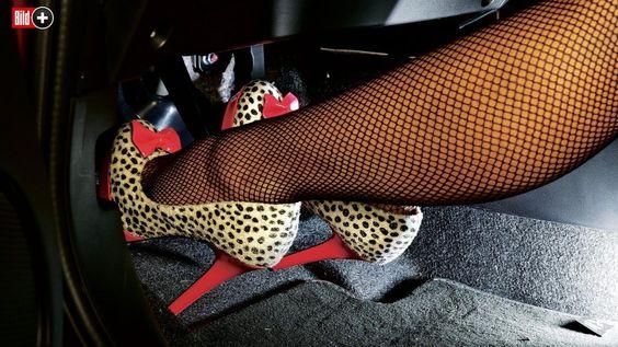 GEFÄHRLICHE SCHUHMODE Schrei vor Schreck! Auto-BILD-Reporterin Daniela Pemöller misst mit zwölf verschiedenen Damenschuhen den Bremsweg
