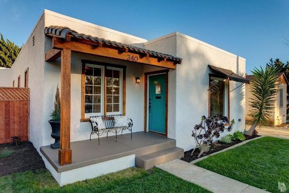 Before and after a sweet spanish bungalow by the beach for Spanish bungalow exterior paint colors