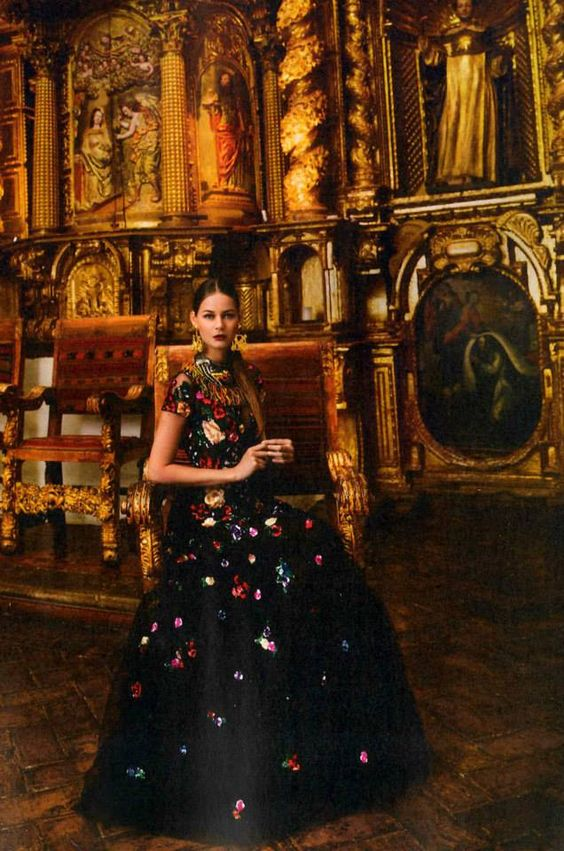 "Aires de opulencia, rico cromatismo, volúmenes escultóricos.   Editorial ""Perú à la mode"""