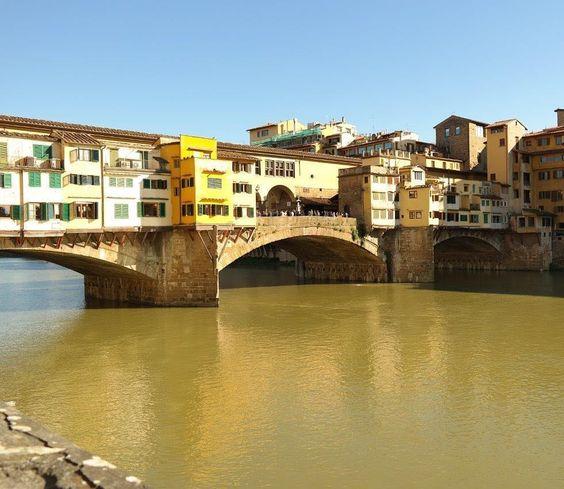 A Ponte Vecchio é um dos símbolos de Florença foi construída no local onde ficava a balsa utilizada para atravessar o rio Arno. Durante a segunda guerra foi a única ponte não destruída pelos alemães.  Hoje é famosa por suas lojas (principalmente ourivesarias e joalharias). Durante a noite aproveite para curtir um show dos músicos que se apresentam por lá!  (foto abril/15) @thaisgr  #blogmaniadeviagem #maniadeviagem #europa #europe #italia #italy #toscana #florença #firenze #florence #rioarno…