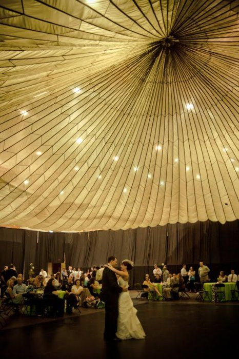 Parachute ceiling! (This #bride rented a parachute for only $35! #Wedding genius.) (Credits: photo from savetheideas [tumblr])