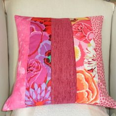 Housse de coussin en patchwork: printemps en fleurs fuchsia, rose, violet, corail, rouge